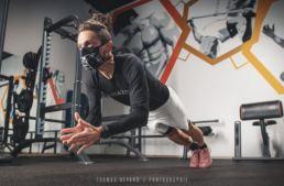 Photographie d'un athlète réalisant une pompe dans une salle de sport portant un masque sport ceramiq homologué AFNOR