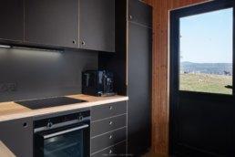 photographie d'intrérieur dans une cuisine rénovée dans un chalet