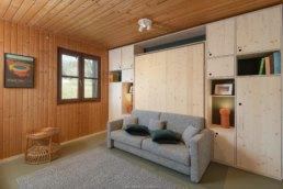 photographie d'intérieur dans une chambre avec lit caché