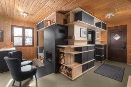 photographie d'intérieur dans unc chalet avec aménagement d'étagères sur mesure
